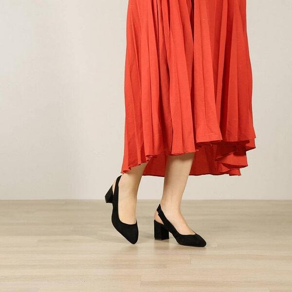 התאמת נעל לשמלה אדומה