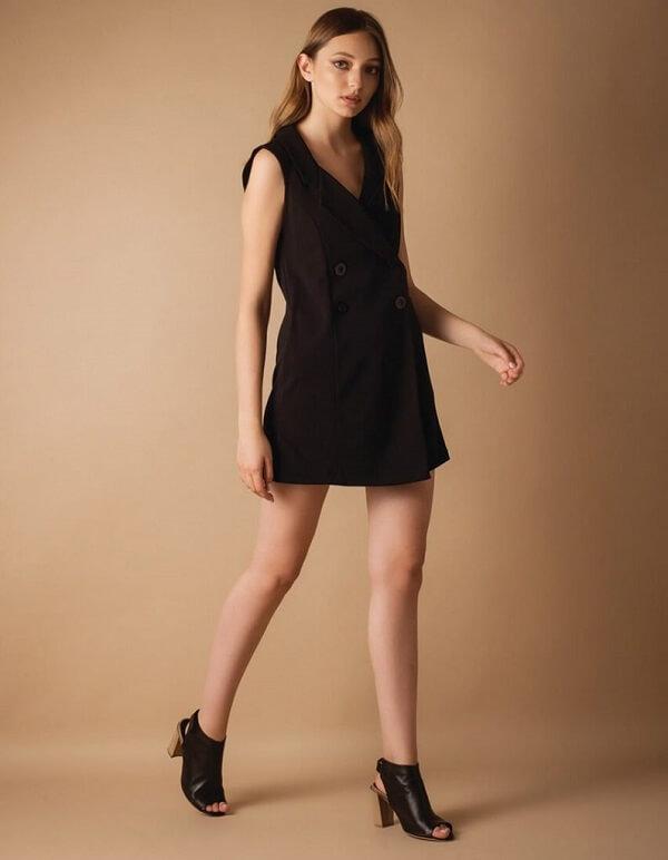 אפקט רגל צרה באמצעות התאמת נעל לשמלה שחורה קצרה