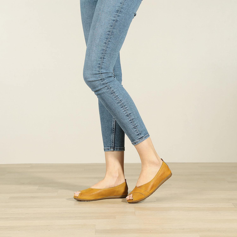 תמונת אווירה של נעלי בלרינה מעור זמש משומן בצבע חרדל - דגם ציפי 8570