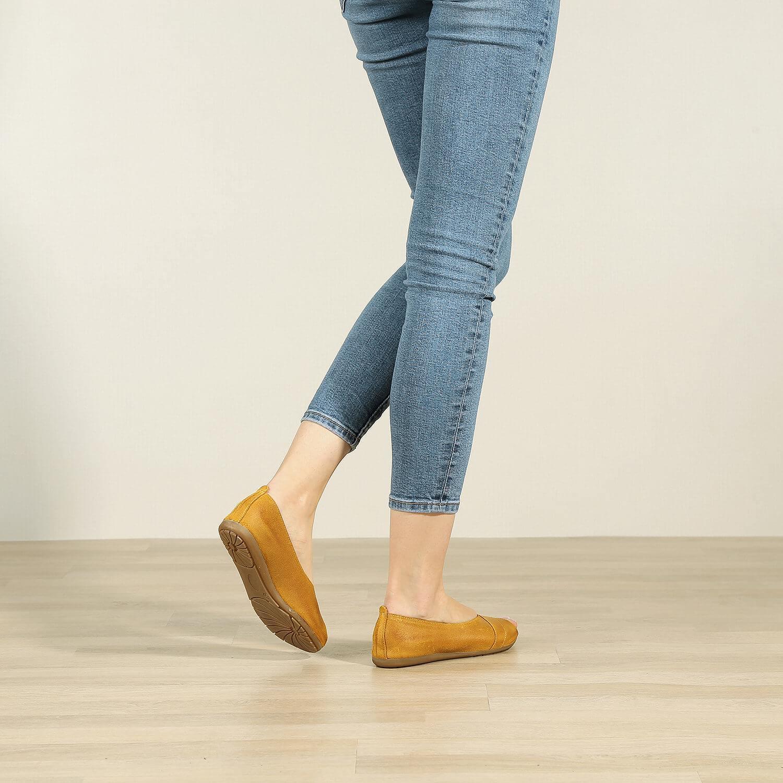 תמונת אווירה של נעלי בלרינה מעור זמש משומן בחרדל - דגם ציפי 8570