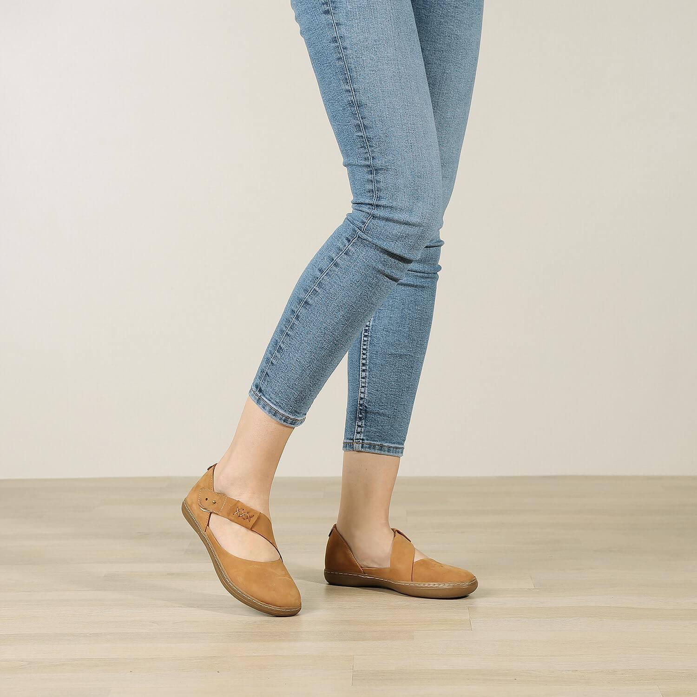 תמונת אווירה של נעליים שטוחות עם רצועת אלכסון בכאמל - דגם דבש 8628