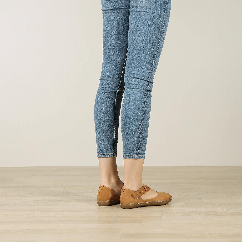 תמונת אווירה של נעליים שטוחות עם רצועת אלכסון בצבע כאמל - דגם דבש 8628