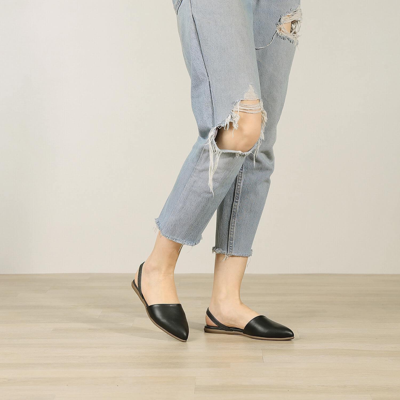 תמונת אווירה של נעלי בלרינה שטוחות קלאסיות בצבע שחור - דגם מלי 5901