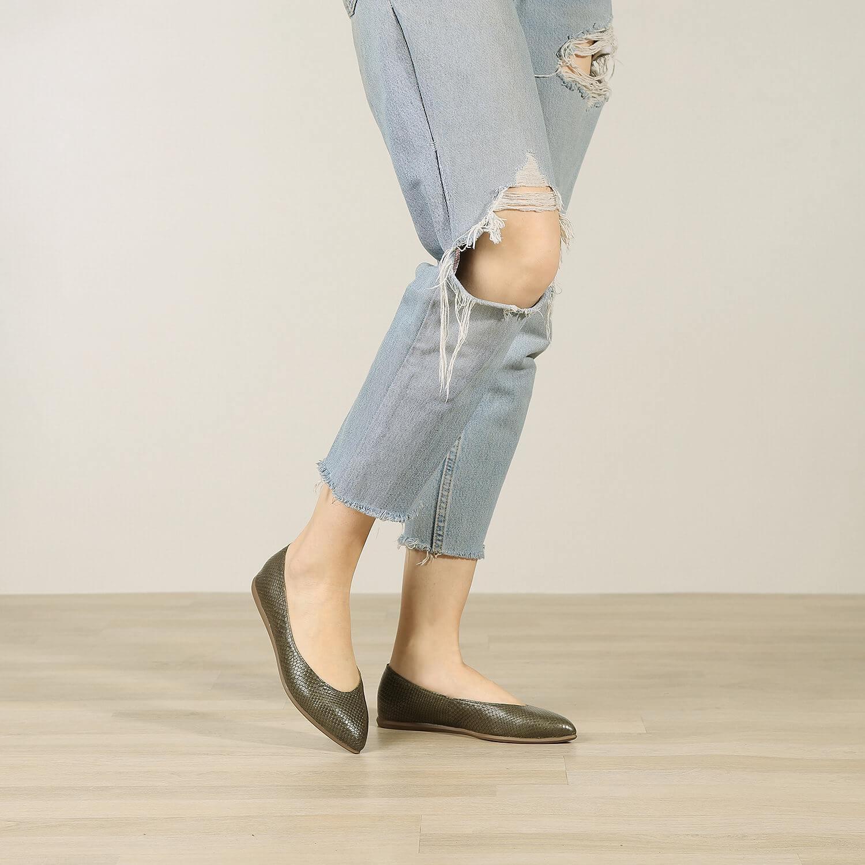 תמונת אווירה של נעלי בלרינה שטוחות בצבע זית - דגם אליה 5902