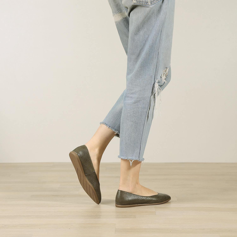 תמונת אווירה של נעלי בלרינה שטוחות בגוון זית - דגם אליה 5902