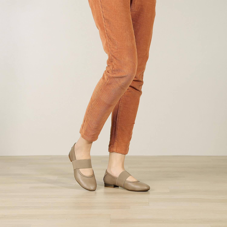 תמונת אווירה של נעלי בלרינה שטוחות בצבע טאופ - דגם אורה 5911