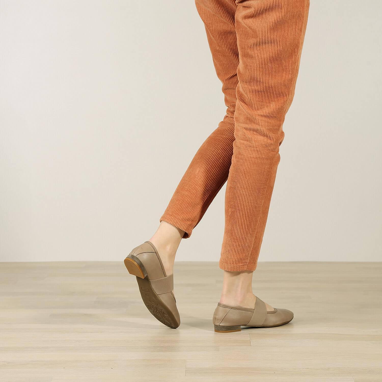 תמונת אווירה של נעלי בלרינה שטוחות בצבע טאופ 2 - דגם אורה 5911