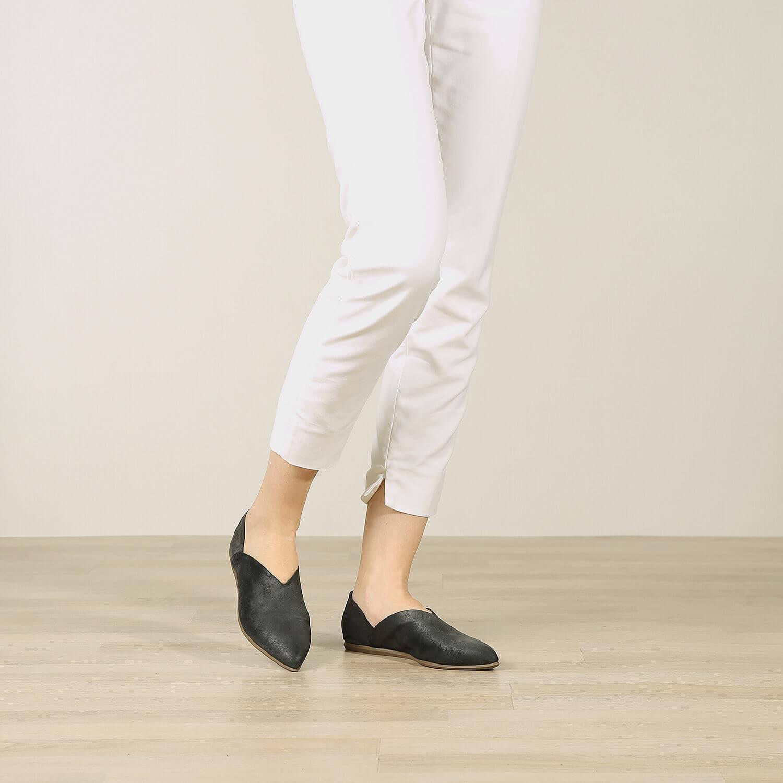תמונת אווירה של נעל בלרינה בעיצוב קלאסי לנשים בצבע שחור - דגם אווה 5903