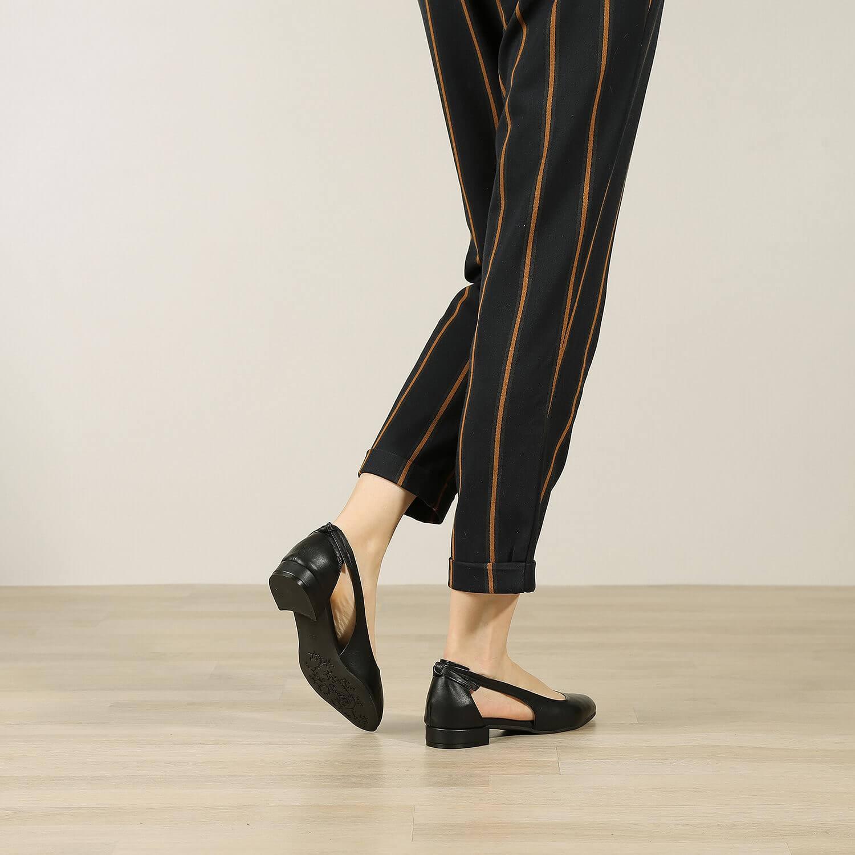 אישה נועלת נעלי סירה מעור בעיצוב נקי בצבע שחור - דגם פטי 36554