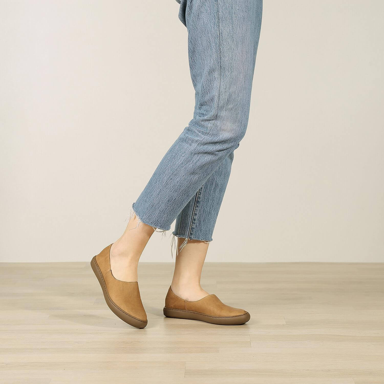 אישה נועלת נעלי בלרינה שטוחות בעיצוב ספורטיבי בצבע כאמל - דגם אמי 8742