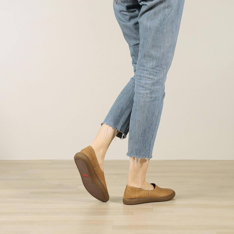 תמונת אווירה - נעלי בלרינה שטוחות בעיצוב ספורטיבי בצבע כאמל - דגם אמי 8742