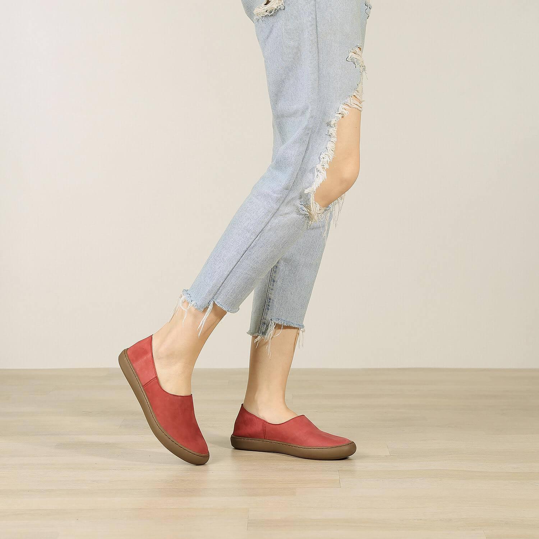 תמונת אווירה - נעלי בלרינה שטוחות בעיצוב ספורטיבי בצבע אדום - דגם אמי 8742