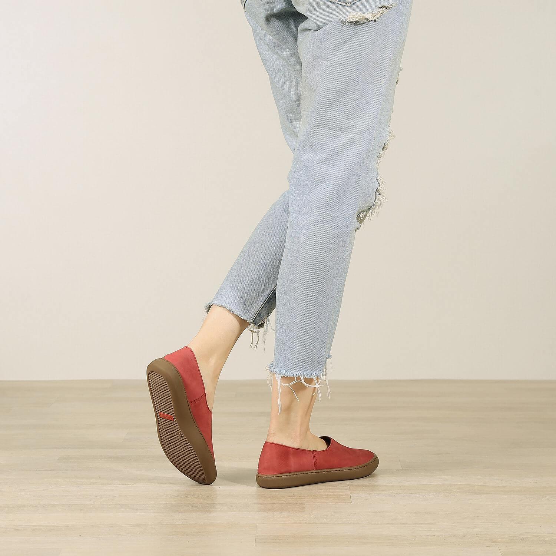 אישה נועלת נעלי בלרינה שטוחות בעיצוב ספורטיבי בצבע אדום - דגם אמי 8742
