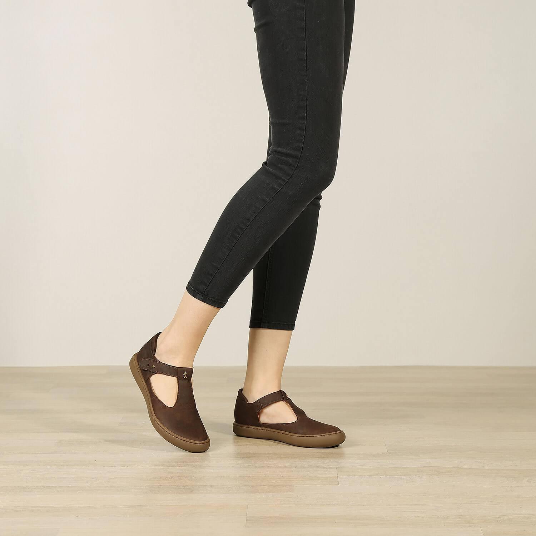 אישה נועלת נעלי בלרינה שטוחות מעור איטלקי בצבע חום - דגם איימי 8743