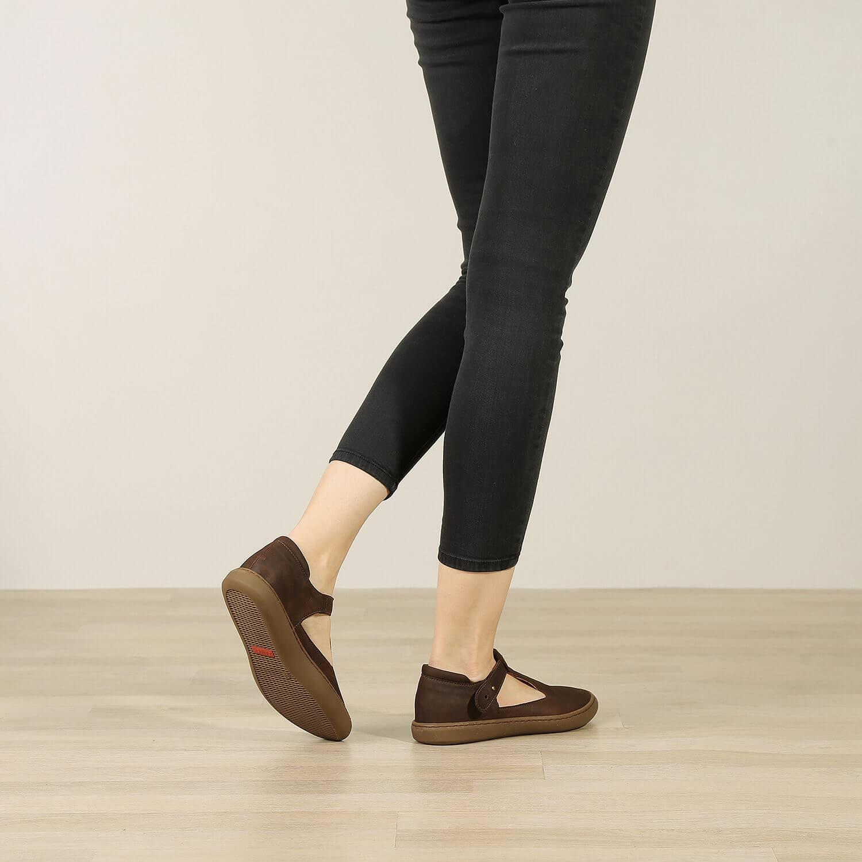 תמונת אווירה - נעלי בלרינה שטוחות מעור איטלקי בצבע חום - דגם איימי 8743