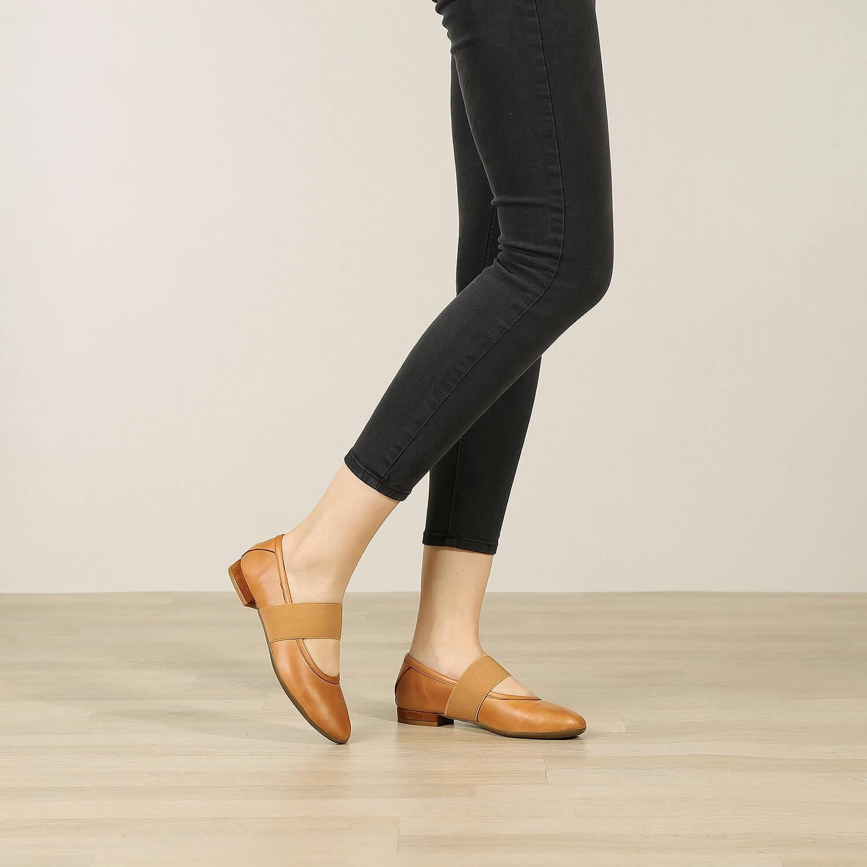 תמונת אווירה של נעלי בלרינה שטוחות בצבע כאמל - דגם אורה 5911