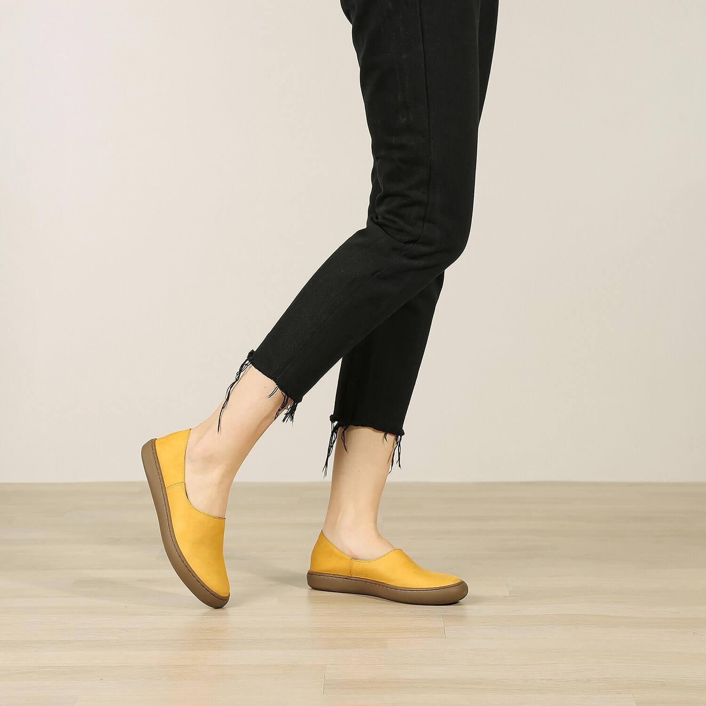 אישה נועלת נעלי בלרינה שטוחות בעיצוב ספורטיבי בצבע חרדל - דגם אמי 8742