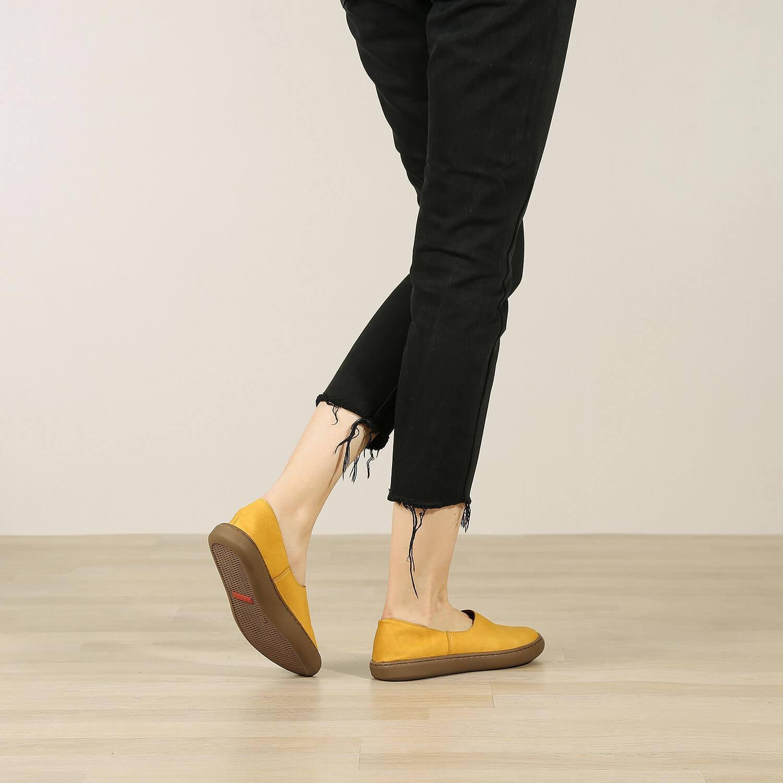 תמונת אווירה - נעלי בלרינה שטוחות בעיצוב ספורטיבי בצבע חרדל - דגם אמי 8742