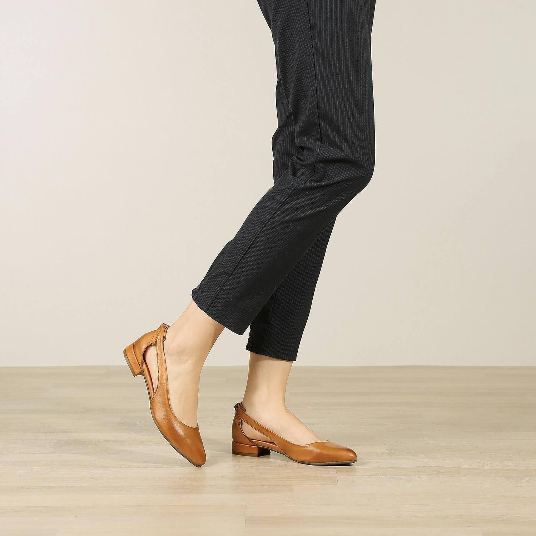 אישה נועלת נעלי סירה מעור בעיצוב נקי בצבע כאמל - דגם פטי 36554