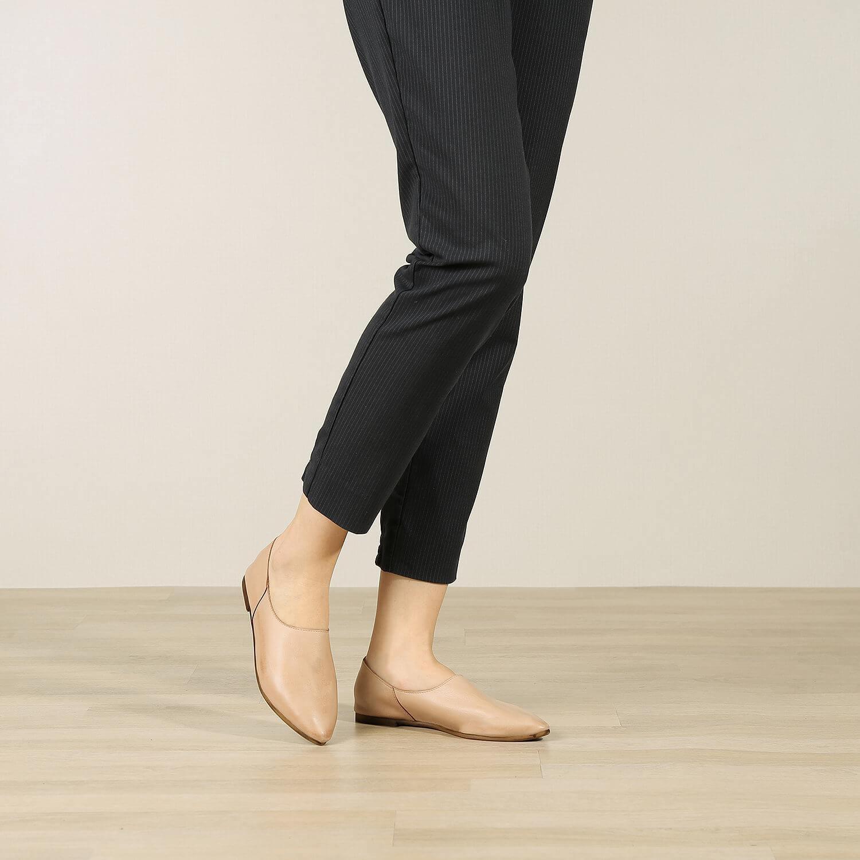 נעל בלרינה שטוחה בסגנון קלאסי בצבע בז' - דגם נגה 8890 - תמונת אווירה