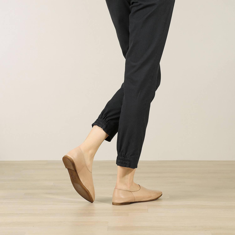 נעל בלרינה שטוחה בסגנון קלאסי בצבע בז' - דגם נגה 8890 - תמונת אווירה 2