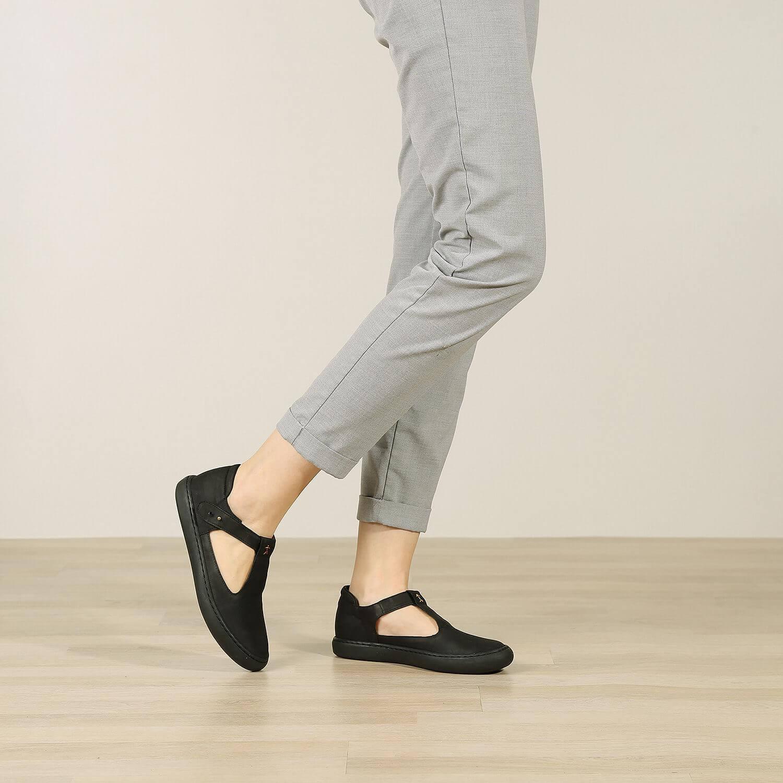 תמונת אווירה - נעלי בלרינה שטוחות מעור איטלקי בצבע שחור - דגם איימי 8743