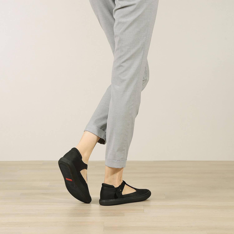 אישה נועלת נעלי בלרינה שטוחות מעור איטלקי בצבע שחור - דגם איימי 8743