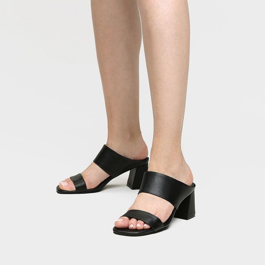 אישה נועלת כפכף רצועות מעור עם עקב בצבע שחור - דגם אדל 5952
