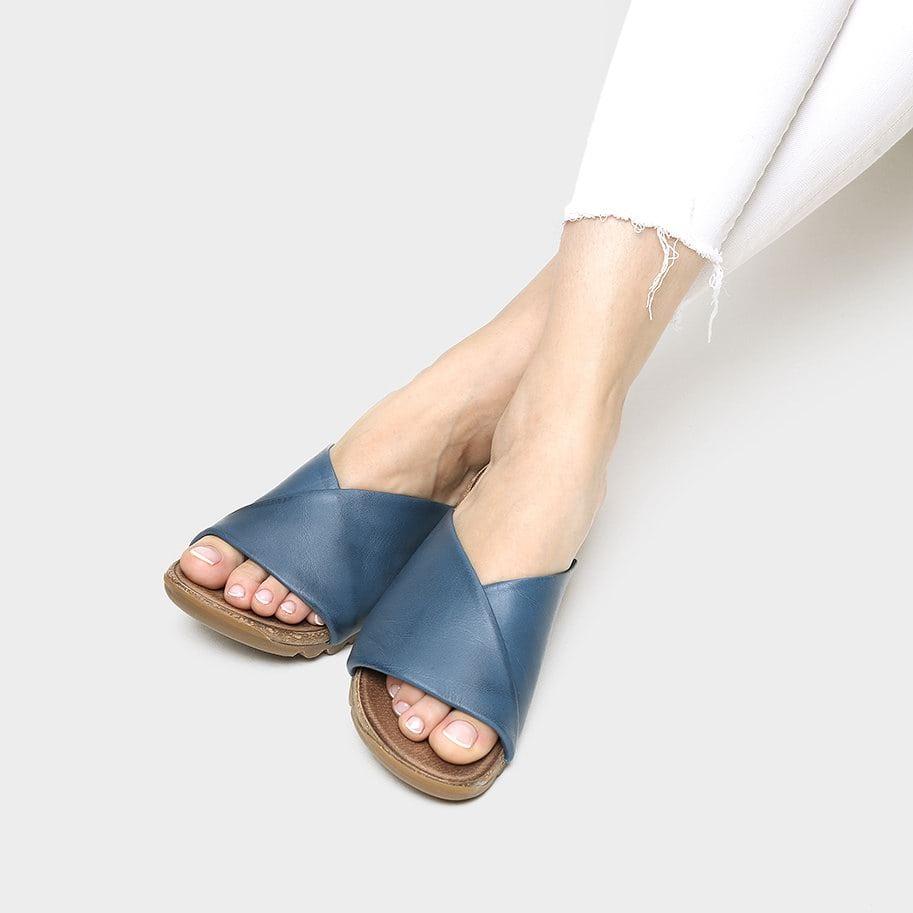 אישה נועלת כפכפים שטוחות בעיצוב בייסיק בצבע כחול - דגם גלי 1291