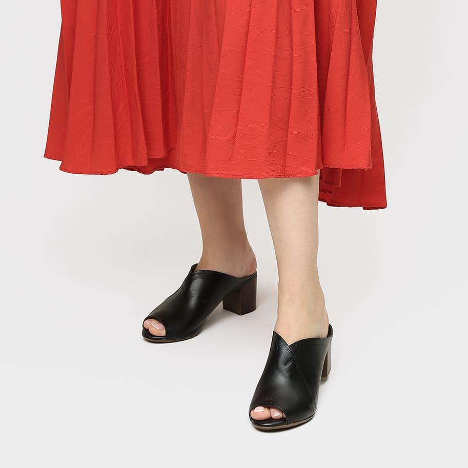 אישה נועלת כפכפים לנשים בצבע שחור 2 - דגם אמור 8587