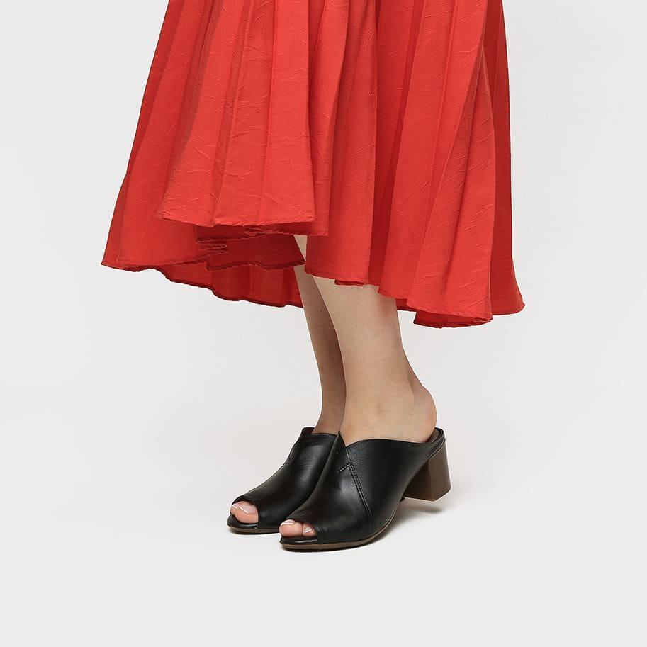 אישה נועלת כפכפים לנשים בצבע שחור - דגם אמור 8587