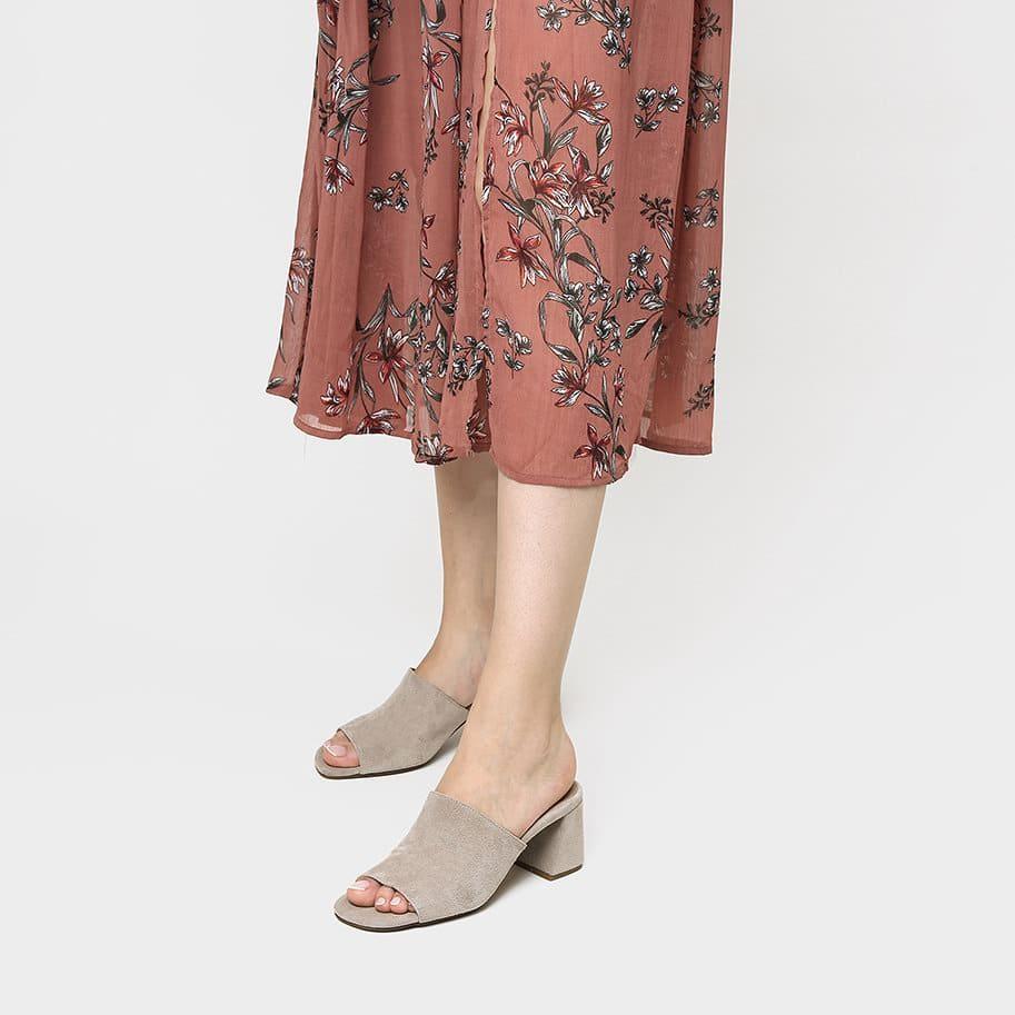 אישה נועלת כפכפי עקב בצבע אפור - דגם מיילי 5951