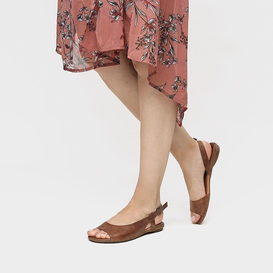 אישה נועלת נעלי סירה פתוחות בצבע כאמל - דגם היילי 3920