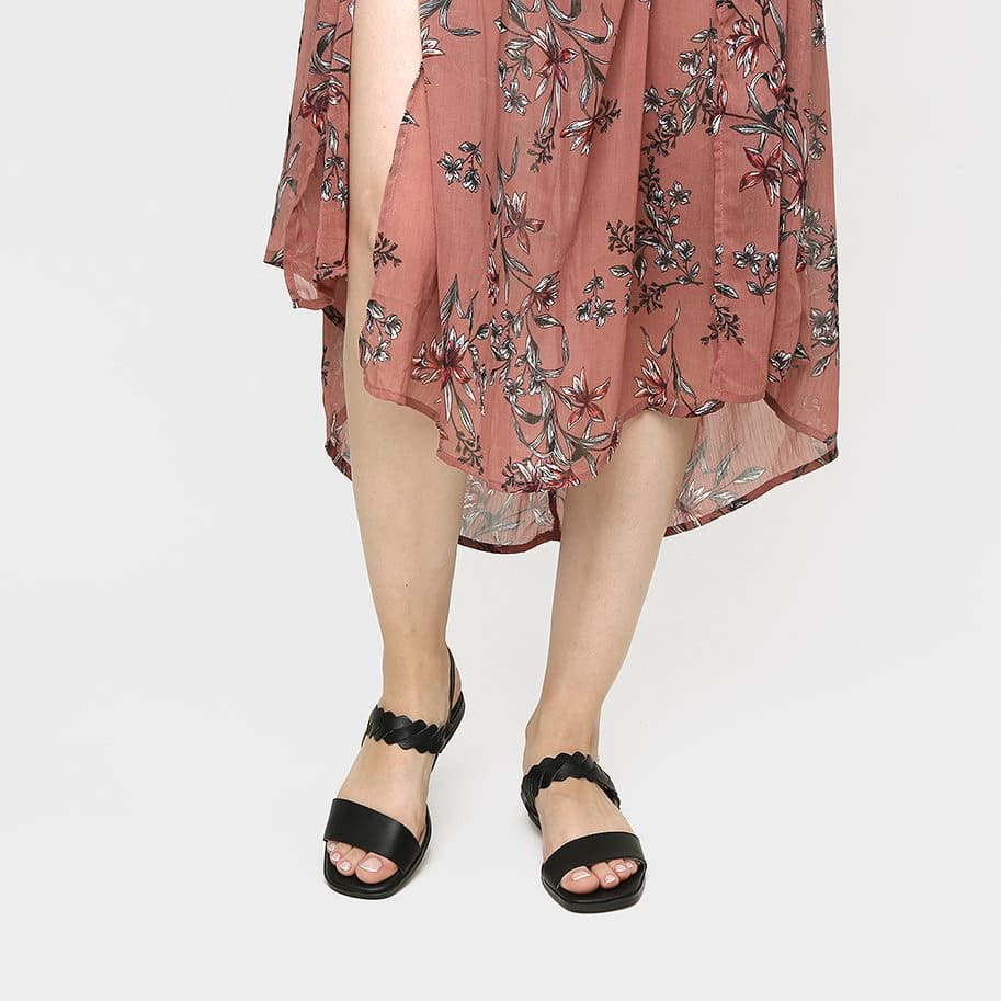 תמונת אווירה - סנדלים שטוחים לנשים בצבע שחור - דגם ריבי 3931