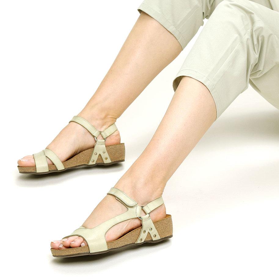 סנדלים שטוחים עם רצועת צד