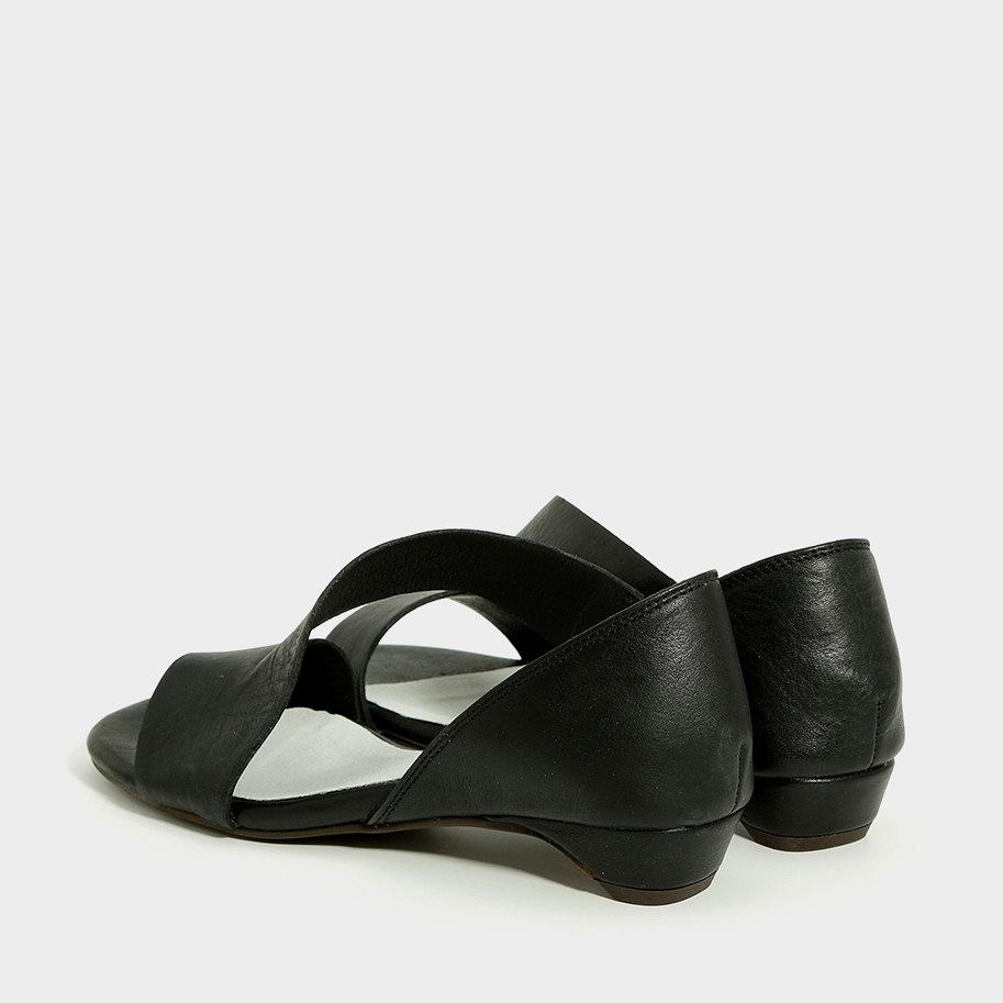 סנדלי עור שחורים בעיצוב אסימטרי - דגם אדריאן 993576
